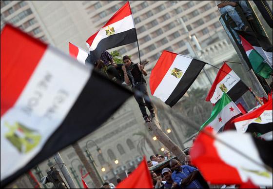 صورة رقم 9 - آلاف المصريين يتوافدون الى