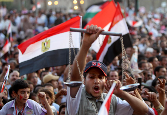 صورة رقم 11 - آلاف المصريين يتوافدون الى
