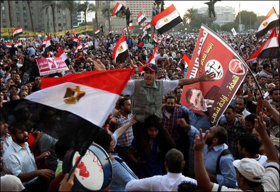 صورة رقم 8 - آلاف المصريين يتوافدون الى