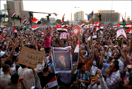 صورة رقم 25 - آلاف المصريين يتوافدون الى