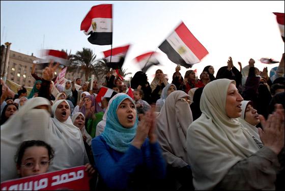 صورة رقم 14 - آلاف المصريين يتوافدون الى