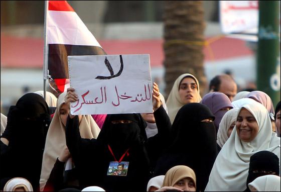 صورة رقم 23 - آلاف المصريين يتوافدون الى