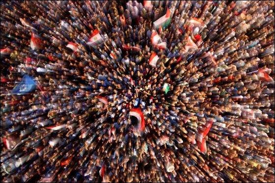 صورة رقم 15 - آلاف المصريين يتوافدون الى