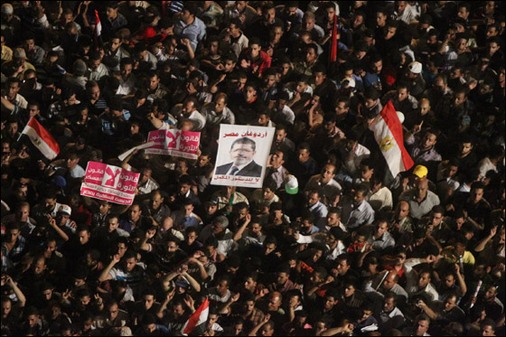 صورة رقم 24 - آلاف المصريين يتوافدون الى