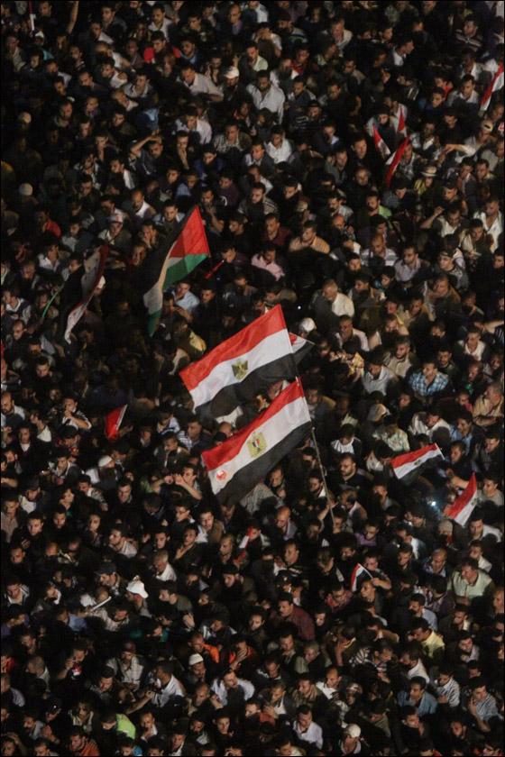 صورة رقم 27 - آلاف المصريين يتوافدون الى