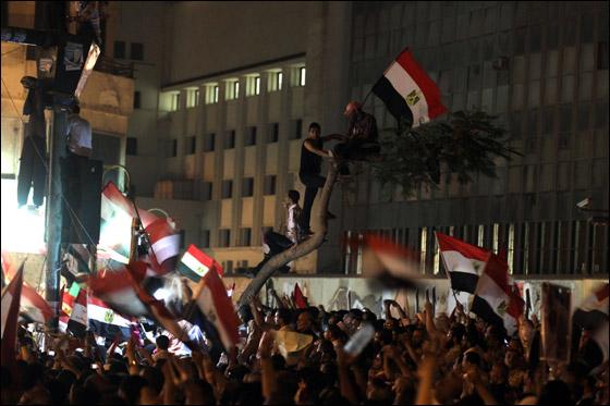 صورة رقم 16 - آلاف المصريين يتوافدون الى