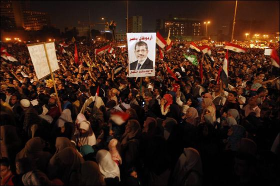 صورة رقم 22 - آلاف المصريين يتوافدون الى