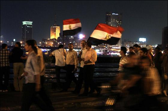 صورة رقم 12 - آلاف المصريين يتوافدون الى