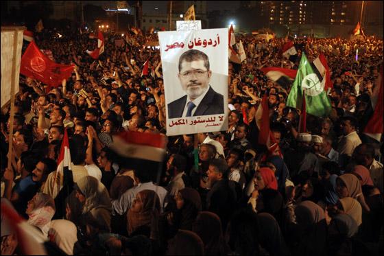 صورة رقم 26 - آلاف المصريين يتوافدون الى