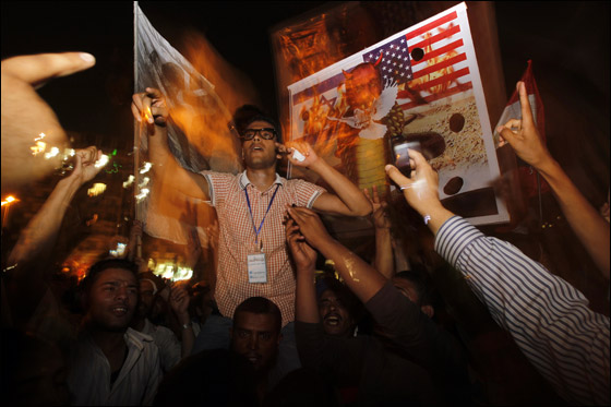 صورة رقم 17 - آلاف المصريين يتوافدون الى