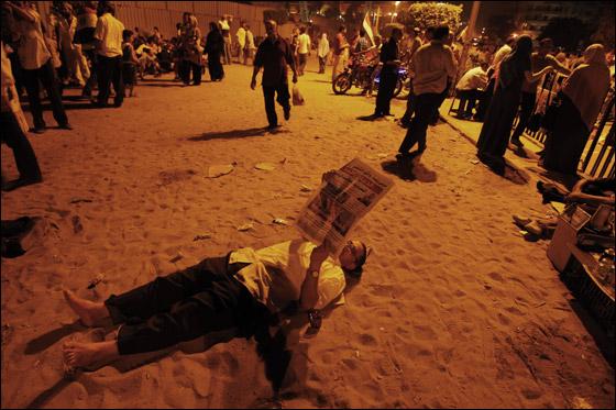 صورة رقم 20 - آلاف المصريين يتوافدون الى