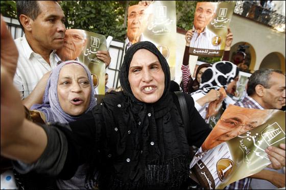 صورة رقم 19 - آلاف المصريين يتوافدون الى