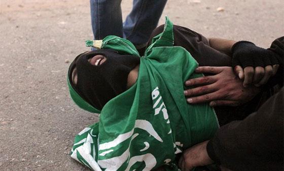 لقطات تصور اعدام جنود اسرائيل لشابين دون اي سبب صورة رقم 3