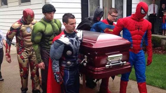 ابطال خارقون يشاركون في جنازة عاشقهم