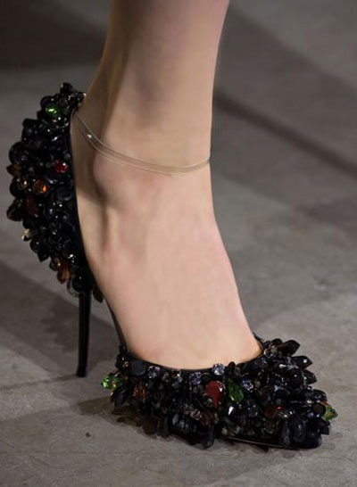 727dcd686672b صورة رقم 2 - بالصور.. احذية غريبة عجيبة في طريقها للسوق.. في