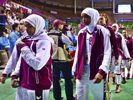 يمنع لاعبات قطر من اللعب وهن محجبات
