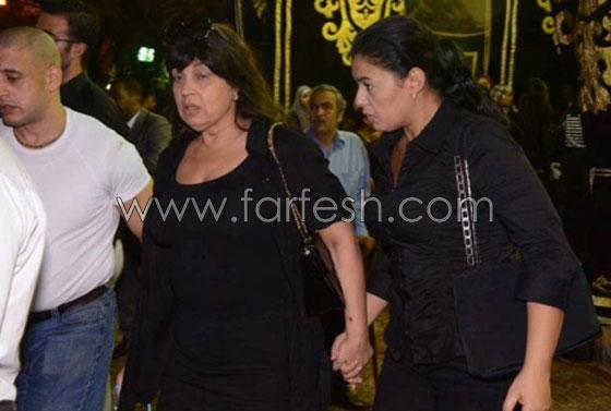 صورة رقم 1 - صور فيفي عبده بدون مكياج في عزاء خالد صالح