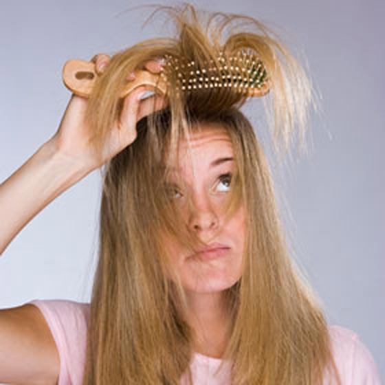 Devojka četka kosu