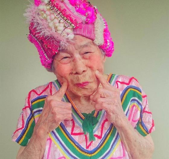اغرب عرض ازياء.. صور جدة مسنة تستعرض ملابس حفيدتها 560-1.jpg