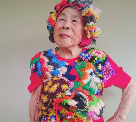 اغرب عرض ازياء.. صور جدة مسنة تستعرض ملابس حفيدتها 560-2.jpg