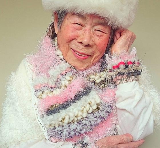 اغرب عرض ازياء.. صور جدة مسنة تستعرض ملابس حفيدتها 560-5.jpg
