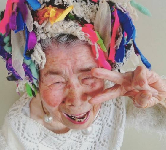اغرب عرض ازياء.. صور جدة مسنة تستعرض ملابس حفيدتها 560-7.jpg