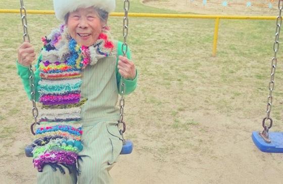 اغرب عرض ازياء.. صور جدة مسنة تستعرض ملابس حفيدتها 560-8.jpg