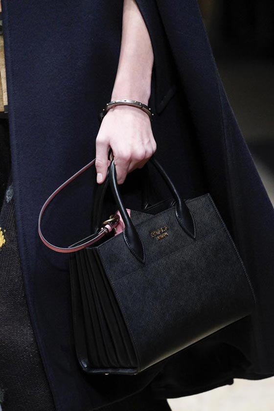 77ff0399423c1 صورة رقم 1 - حقائب برادا تغازل ذوق المرأة في اسبوع ميلانو للموضة 2016