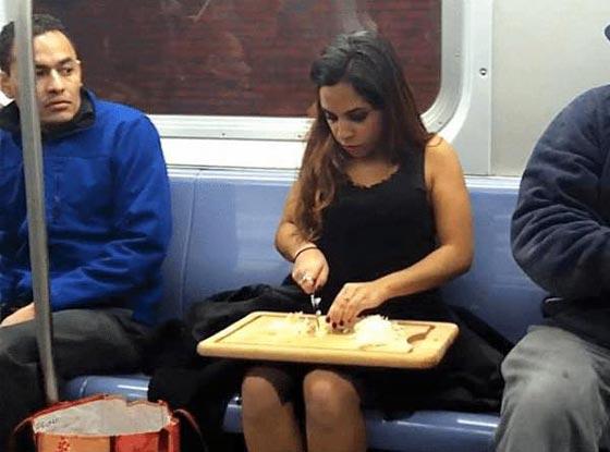 صورة رقم 13 - صور غريبة: تصرفات ركاب المواصلات العامة لم تكن تتوقعها!