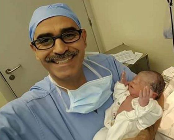 صورة رقم 1 - ولادة طفل ساعة الافطار رافعا يديه الى السماء.. صورة مدهشة