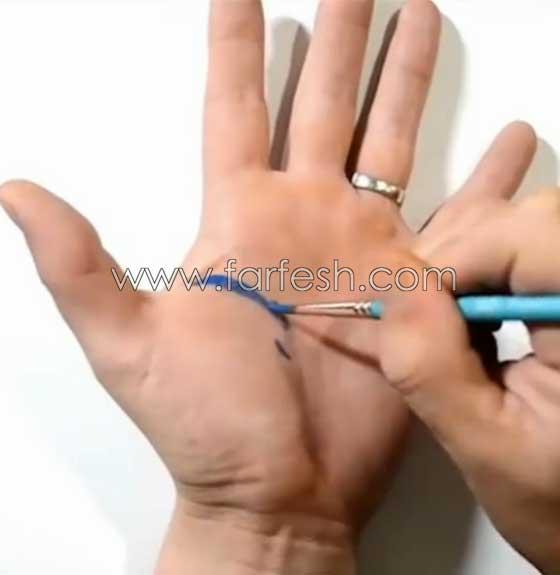 صورة رقم 1 - فيديو رائع: رسام يحول يده بالرسم ثلاثي الابعاد لحفرة (دوامة) تبتلع المياه