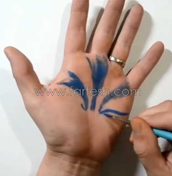 صورة رقم 2 - فيديو رائع: رسام يحول يده بالرسم ثلاثي الابعاد لحفرة (دوامة) تبتلع المياه
