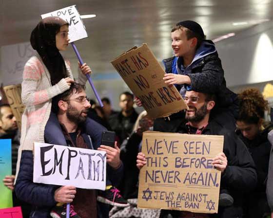 صورة رقم 1 - التظاهر ضد ترامب يوحّد عائلة يهودية وعائلة مسلمة في وجبة عشاء