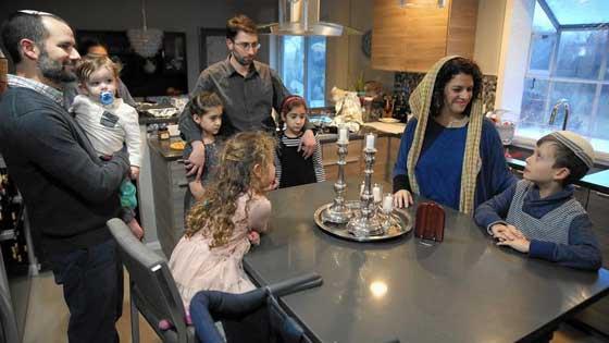 صورة رقم 2 - التظاهر ضد ترامب يوحّد عائلة يهودية وعائلة مسلمة في وجبة عشاء