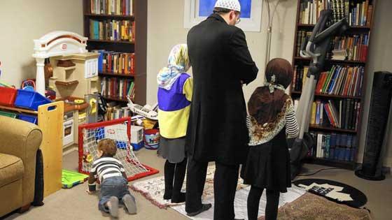 صورة رقم 3 - التظاهر ضد ترامب يوحّد عائلة يهودية وعائلة مسلمة في وجبة عشاء