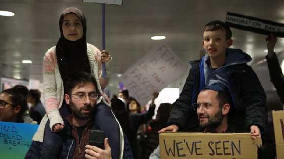 صورة رقم 8 - التظاهر ضد ترامب يوحّد عائلة يهودية وعائلة مسلمة في وجبة عشاء