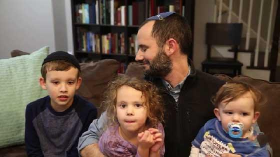 صورة رقم 9 - التظاهر ضد ترامب يوحّد عائلة يهودية وعائلة مسلمة في وجبة عشاء