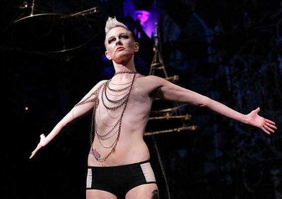 صورة رقم 1 - ناجيات من السرطان يكشفن عن ندوبهن في عرض للملابس الداخلية