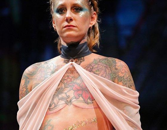 صورة رقم 2 - ناجيات من السرطان يكشفن عن ندوبهن في عرض للملابس الداخلية