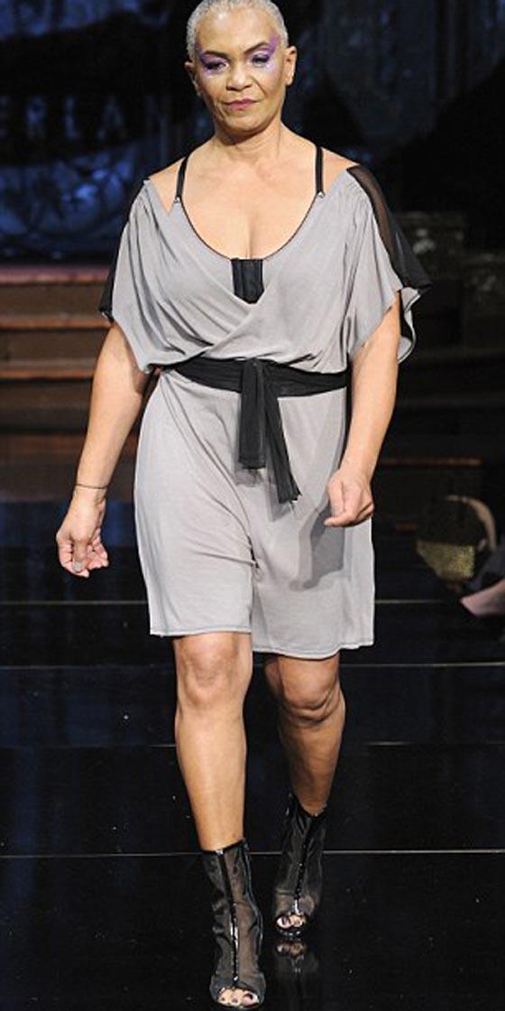 صورة رقم 3 - ناجيات من السرطان يكشفن عن ندوبهن في عرض للملابس الداخلية