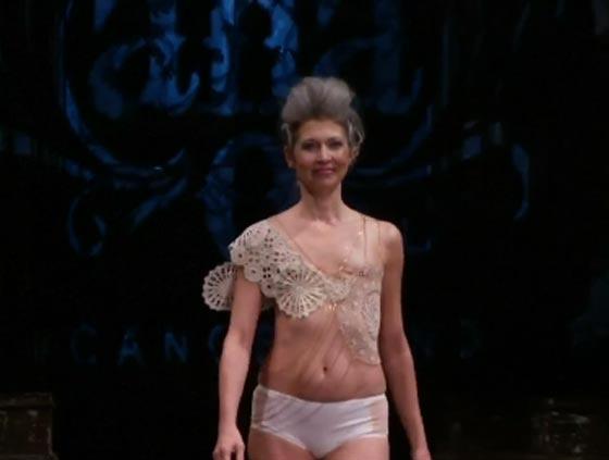 صورة رقم 10 - ناجيات من السرطان يكشفن عن ندوبهن في عرض للملابس الداخلية