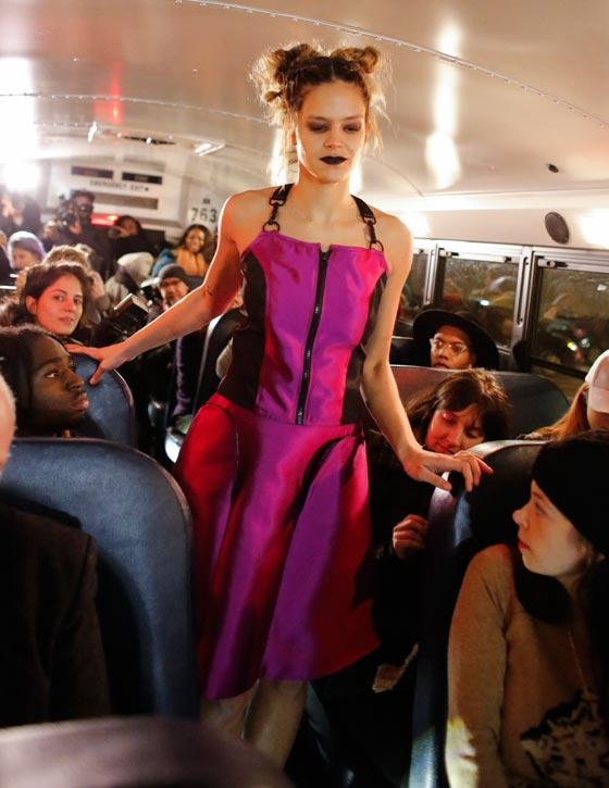صورة رقم 1 - صور غريبة لعرض ازياء في حافلة مدرسية صفراء