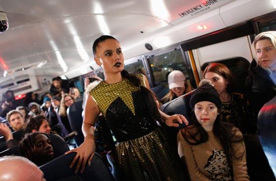 صورة رقم 2 - صور غريبة لعرض ازياء في حافلة مدرسية صفراء