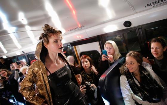 صورة رقم 3 - صور غريبة لعرض ازياء في حافلة مدرسية صفراء