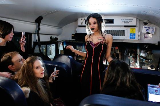 صورة رقم 4 - صور غريبة لعرض ازياء في حافلة مدرسية صفراء