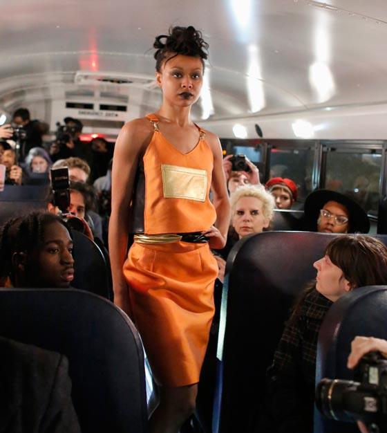 صورة رقم 5 - صور غريبة لعرض ازياء في حافلة مدرسية صفراء