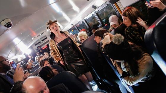 صورة رقم 7 - صور غريبة لعرض ازياء في حافلة مدرسية صفراء