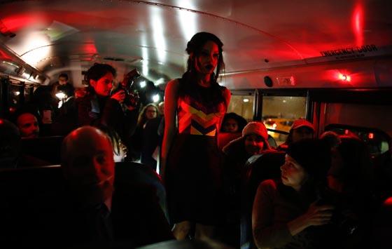 صورة رقم 8 - صور غريبة لعرض ازياء في حافلة مدرسية صفراء