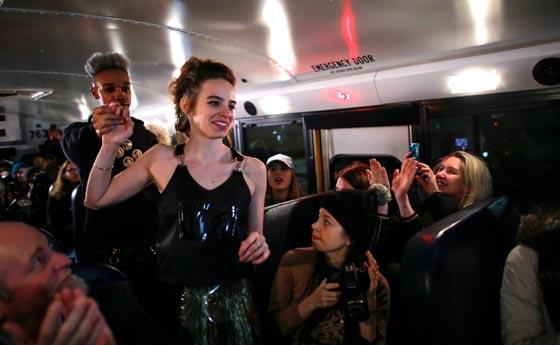 صورة رقم 9 - صور غريبة لعرض ازياء في حافلة مدرسية صفراء
