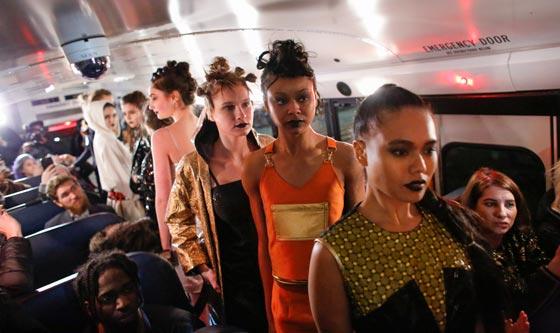 صورة رقم 10 - صور غريبة لعرض ازياء في حافلة مدرسية صفراء